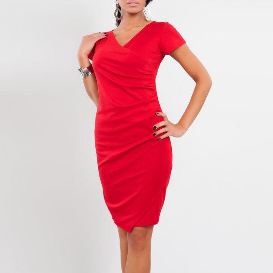 Suknele su asimetriska apacia raudonos spalvos
